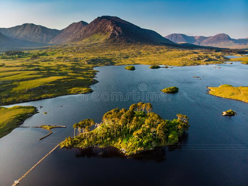 Tolv sörjer ön som står på en ursnygg bakgrund som bildades av de skarpa maxima av en bergskedja, kallade tolv ben eller tolv arkivfoton