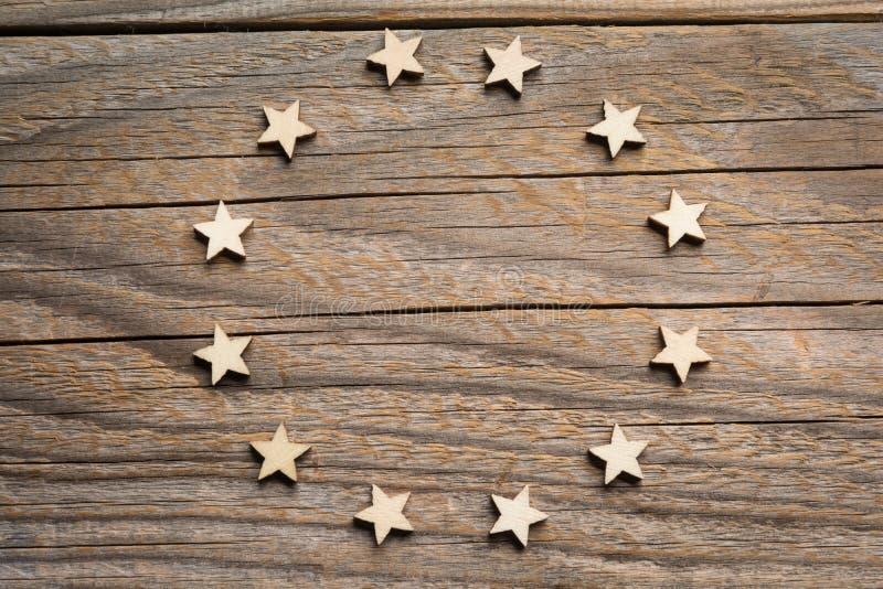 Tolv trähantverkstjärnor bildar européns symbol för union arkivfoton
