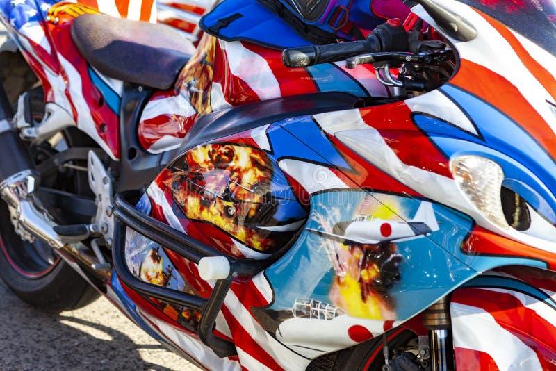 TOLYATTI,俄罗斯, 2018年5月09日:骑自行车的人摩托车展示致力了胜利天 免版税库存图片