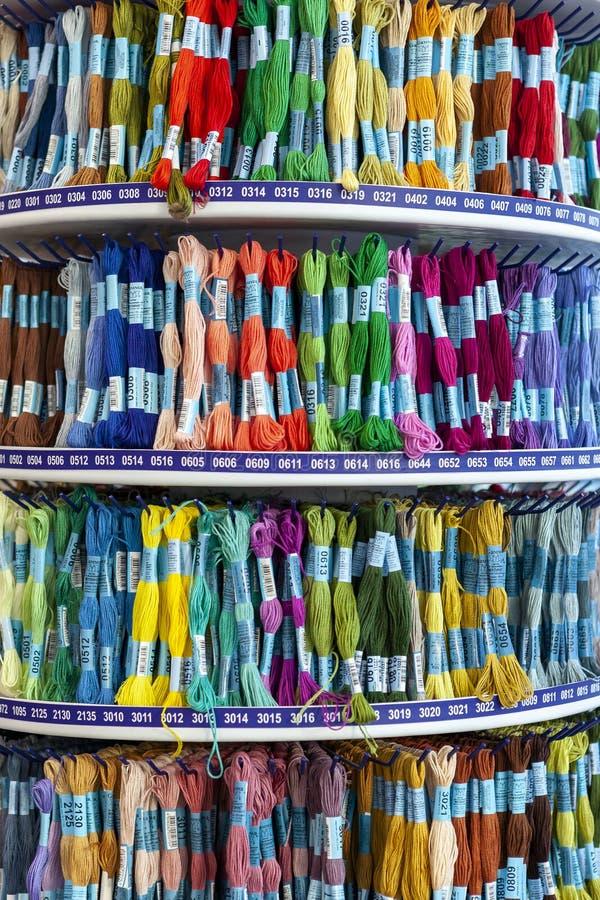 TOLYATTI, RÚSSIA, O 9 DE JUNHO DE 2018: Rochas com o mouline colorido na loja fotografia de stock royalty free