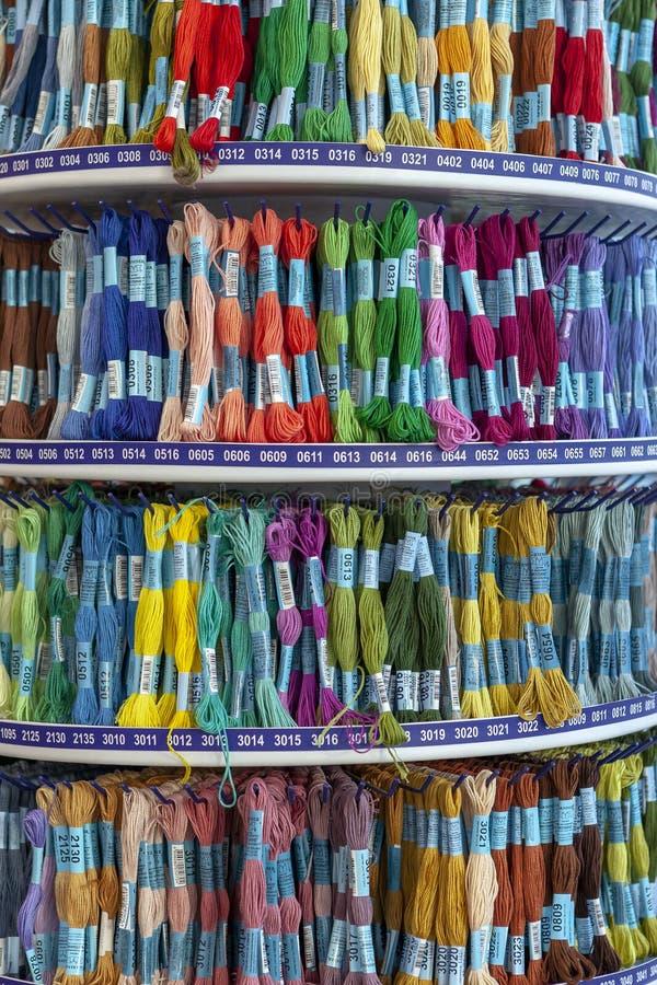 TOLYATTI, RÚSSIA, O 9 DE JUNHO DE 2018: Rochas com o mouline colorido na loja fotos de stock royalty free