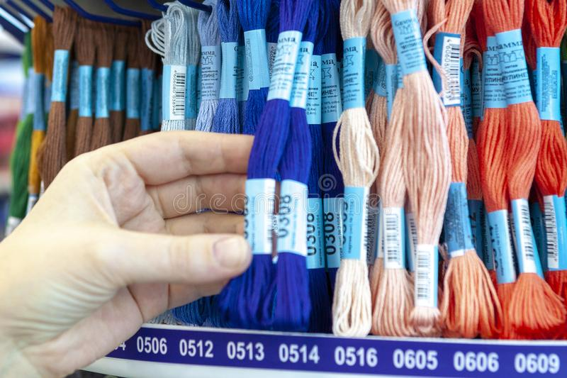 TOLYATTI, RÚSSIA, O 9 DE JUNHO DE 2018: Rochas com o mouline colorido na loja foto de stock royalty free