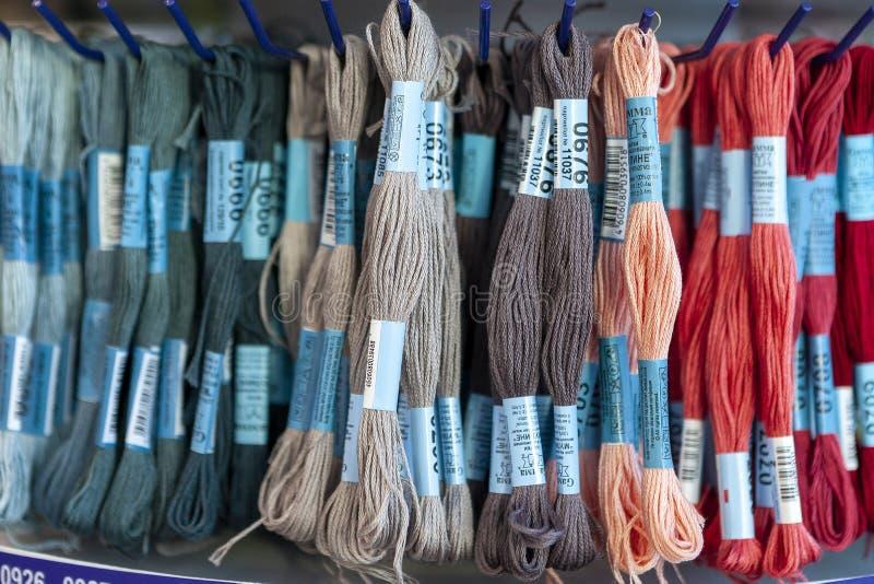 TOLYATTI, RÚSSIA, O 9 DE JUNHO DE 2018: Rochas com o mouline colorido na loja imagem de stock