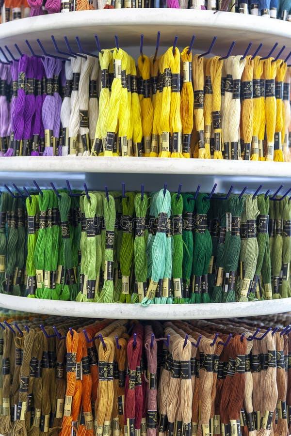 TOLYATTI, RÚSSIA, O 9 DE JUNHO DE 2018: Rochas com o mouline colorido na loja fotos de stock