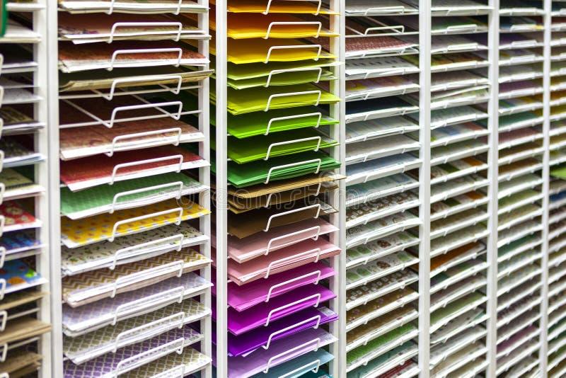 TOLYATTI, RÚSSIA, O 9 DE JUNHO DE 2018: Rochas com papel e a caixa coloridos brilhantes fotos de stock royalty free