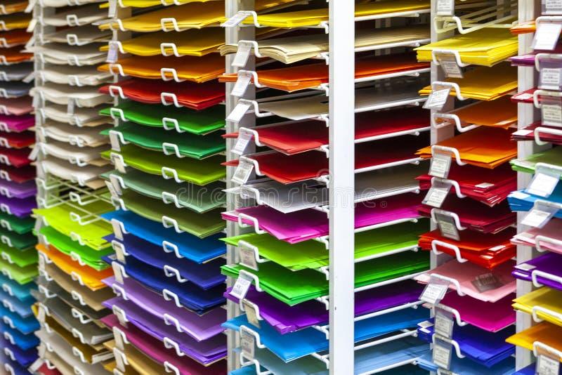 TOLYATTI, RÚSSIA, O 9 DE JUNHO DE 2018: Rochas com papel e a caixa coloridos brilhantes imagens de stock royalty free