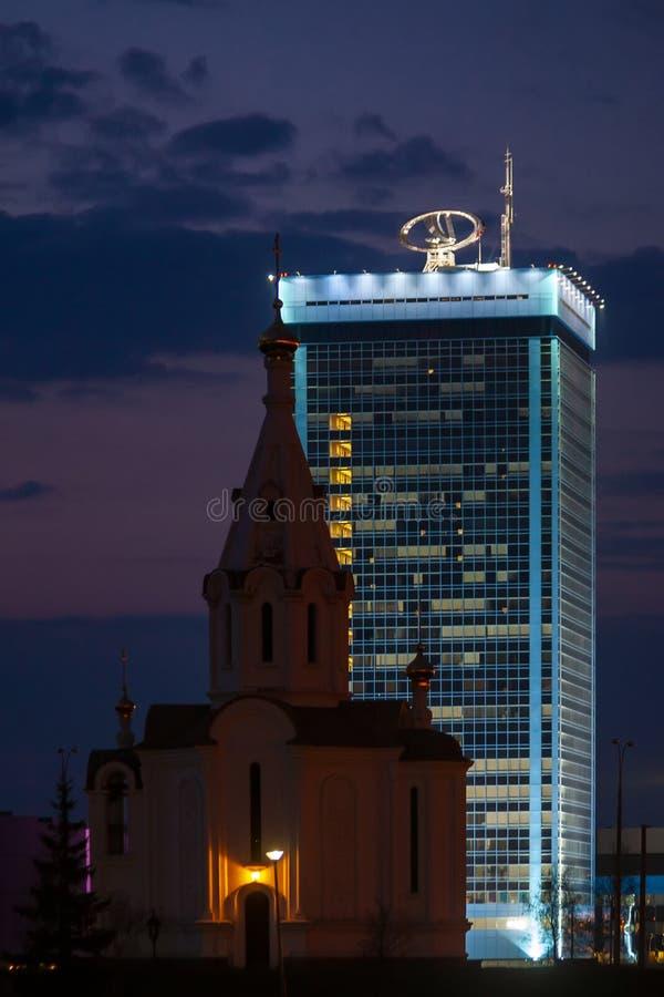 Tolyatti Ryssland, April 24, 2006: Vitkyrka på bakgrunden av huvudkontoret av VAZ royaltyfria bilder