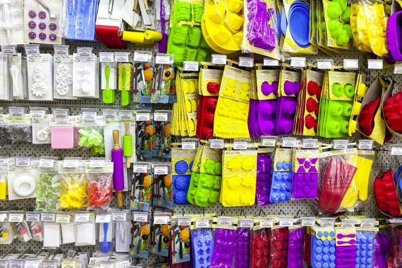 TOLYATTI RYSSLAND, JULI 08, 2018: Lagra ställningen med stekhet utrustning för färgrikt silikon arkivbilder