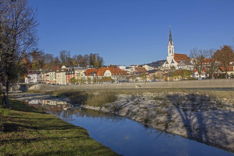 Tolz de ville de station thermale mauvais et rivière d'Isar en automne photographie stock libre de droits