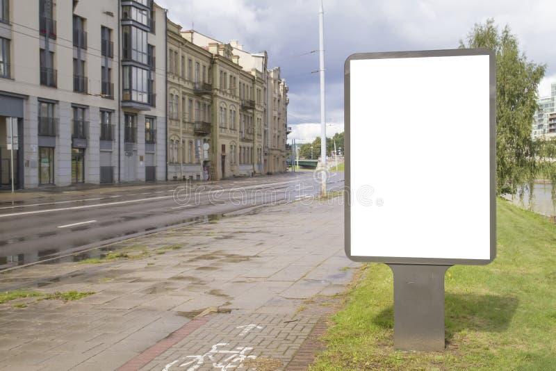 Tom åtlöje upp av den vertikala gataaffischaffischtavlan med kopieringsutrymme för text eller bild gata för bakgrundsstadsnatt royaltyfria bilder