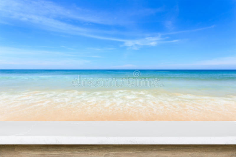 Download Tom överkant Av Den Naturliga Stentabellen Och Sikt Av Den Tropiska Stranden Tillbaka Fotografering för Bildbyråer - Bild av blurriness, skrivbord: 76703755