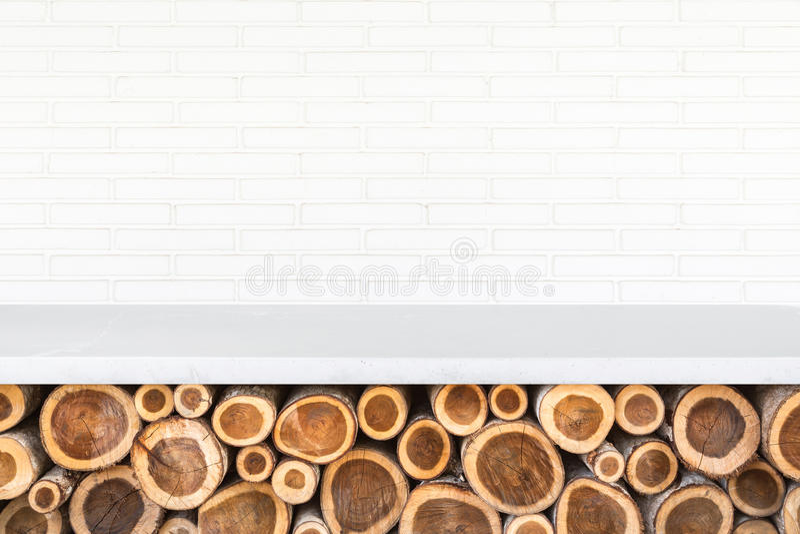 Download Tom överkant Av Den Stentabellen Eller Räknaren Med Högen Av Den Wood Inloggningsstoen Fotografering för Bildbyråer - Bild av avstånd, däck: 76703167