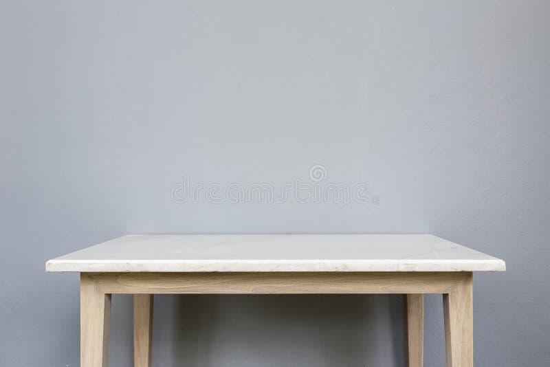 Tom överkant av den vita mable stentabellen på grå väggbakgrund royaltyfri foto