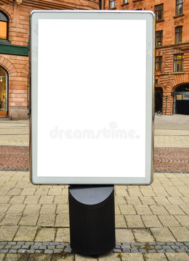 Tom affischtavla i centrum p? gatan arkivbild