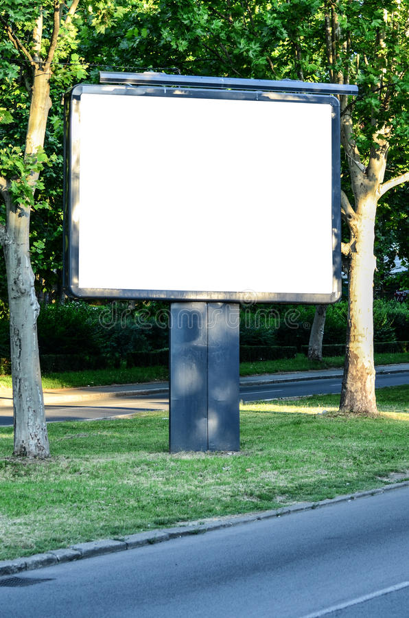 Tom affischtavla i det härliga landskapet bredvid vägen royaltyfria bilder