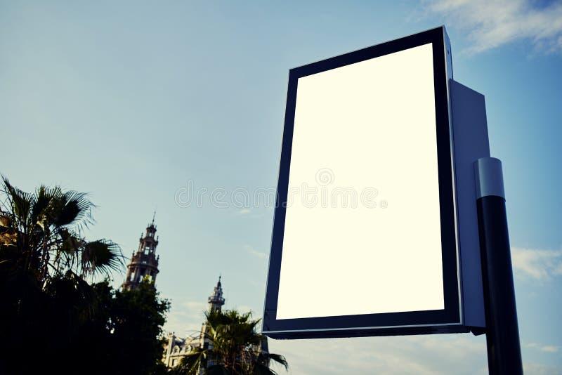 Tom affischtavla med kopieringsutrymme för ditt textmeddelande eller innehåll arkivfoto