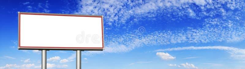 Tom affischtavla mot den blåa himlen och de vita molnen royaltyfri fotografi