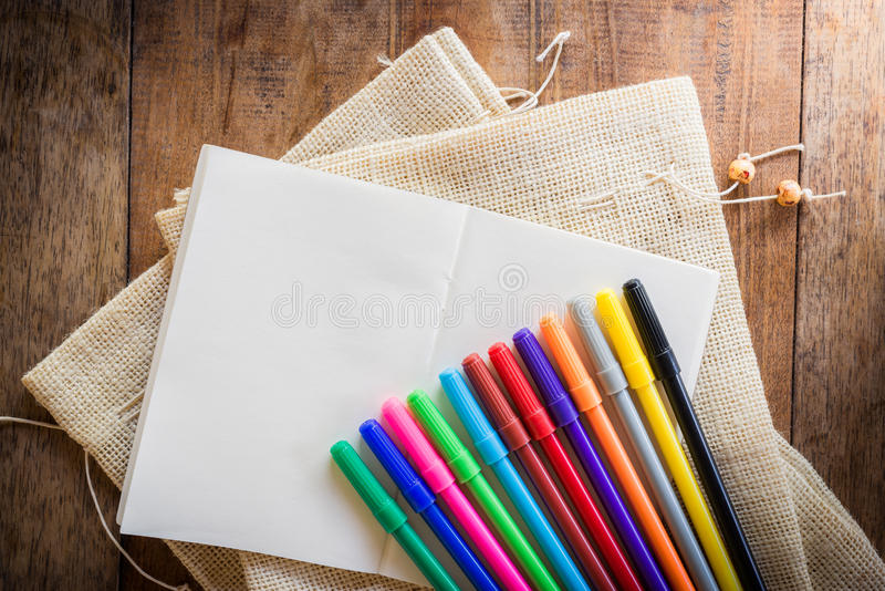 Tom anteckningsbok med många färgmarkörer arkivfoton