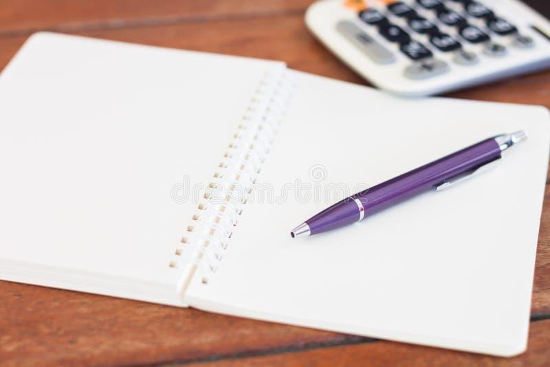 Tom anteckningsbok med pennan på trätabellen royaltyfri bild