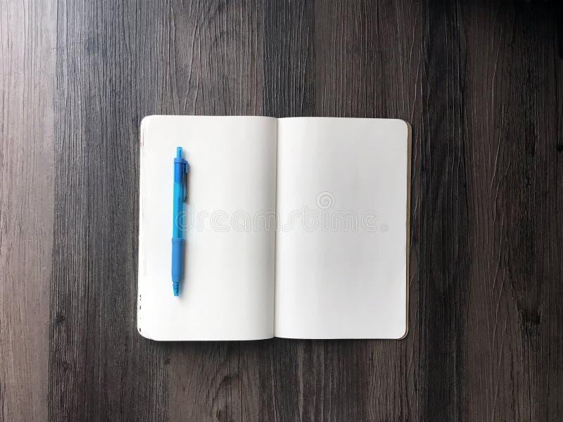 Tom anteckningsbok- och blåttpenna royaltyfri bild