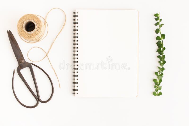Tom anteckningsbok och sax på vit bakgrund, bild för bästa sikt av den vita anteckningsboken och tomt utrymme för text fotografering för bildbyråer