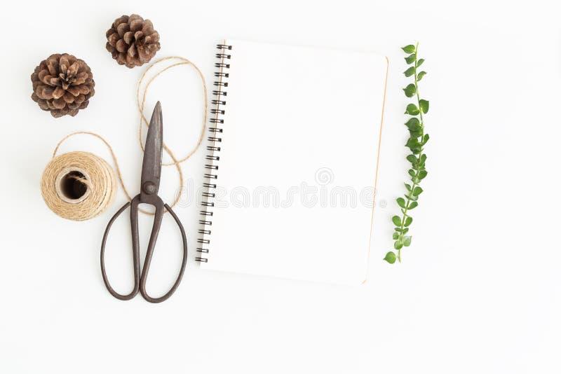 Tom anteckningsbok och sax på vit bakgrund, bild för bästa sikt av den vita anteckningsboken och tomt utrymme för texturer royaltyfri fotografi