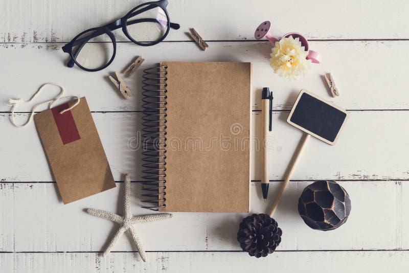 Tom anteckningsbok, svart tavla, etikett med dekorerat gulligt arkivfoton