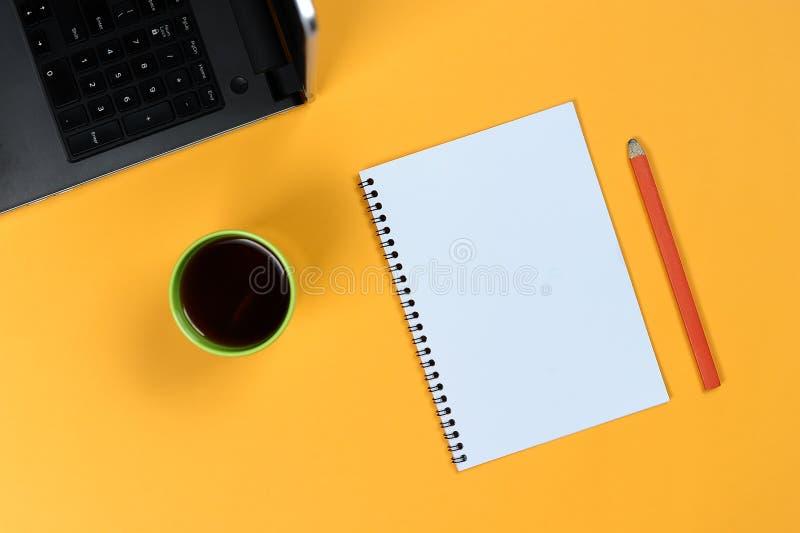 Tom anteckningsboksida, bärbar dator, kaffekopp och blyertspenna Tomt skrivande block för idéer och inspiration arkivbild