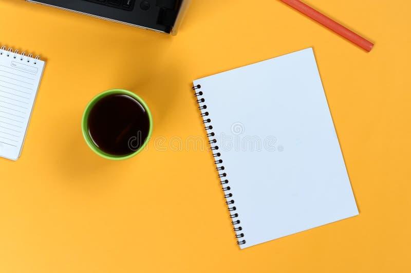 Tom anteckningsboksida, bärbar dator, kaffekopp och blyertspenna Tomt skrivande block för idéer och inspiration royaltyfria bilder