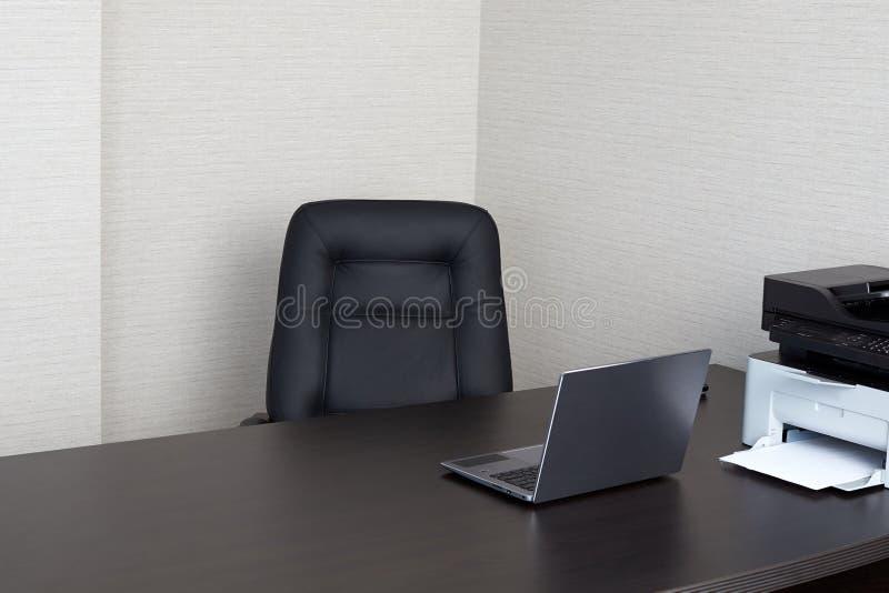 Tom arbetsplats i kontoret arkivfoto