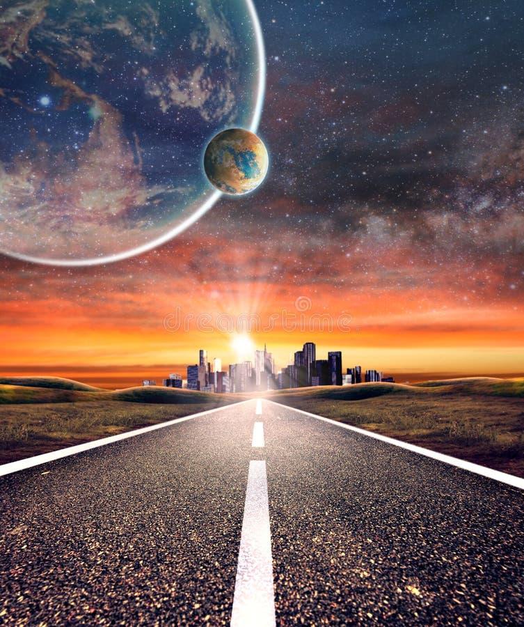Tom asfaltväg in mot en stad med planetbakgrund royaltyfri bild