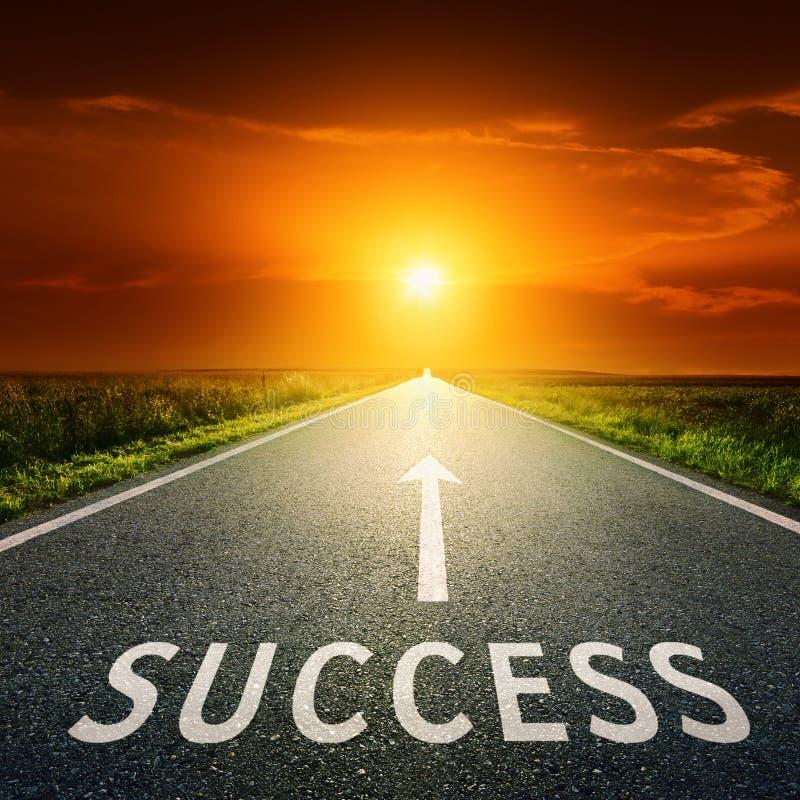 Tom asfaltväg och tecken som symboliserar framgång arkivbilder