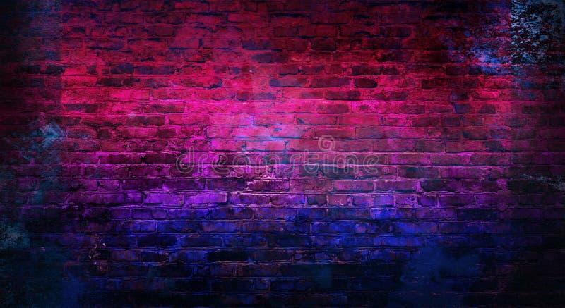 Tom bakgrund av den gamla tegelstenväggen, bakgrund, neonljus royaltyfri bild