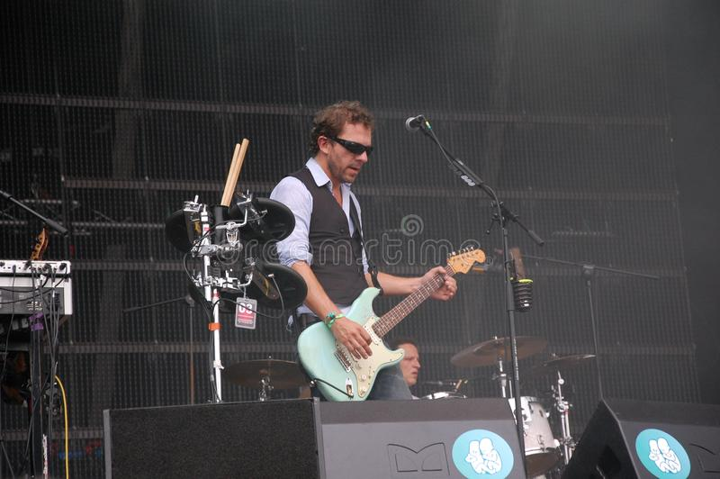 Tom Barman que canta y que juega vivo con la banda en el festival de Pohoda, Trencin, Eslovaquia de Deus - 8 de julio de 2011 imagenes de archivo