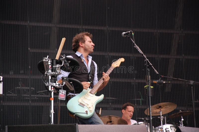 Tom Barman que canta y que juega vivo con la banda en el festival de Pohoda, Trencin, Eslovaquia de Deus - 8 de julio de 2011 foto de archivo