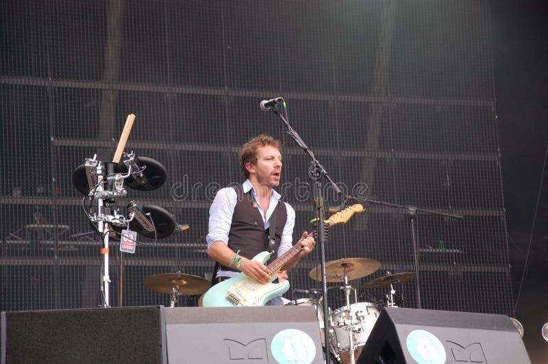Tom Barman que canta y que juega vivo con la banda en el festival de Pohoda, Trencin, Eslovaquia de Deus - 8 de julio de 2011 foto de archivo libre de regalías