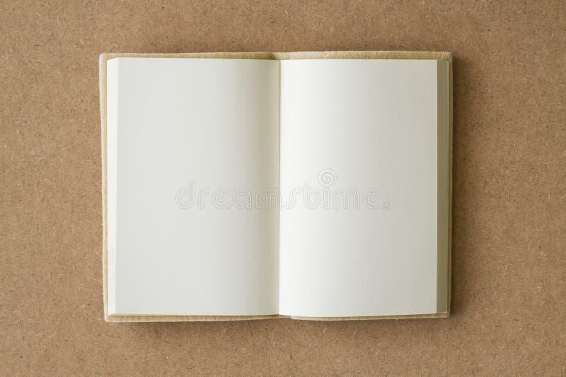 Tom bok som är öppen på en texturerad brunt royaltyfri foto