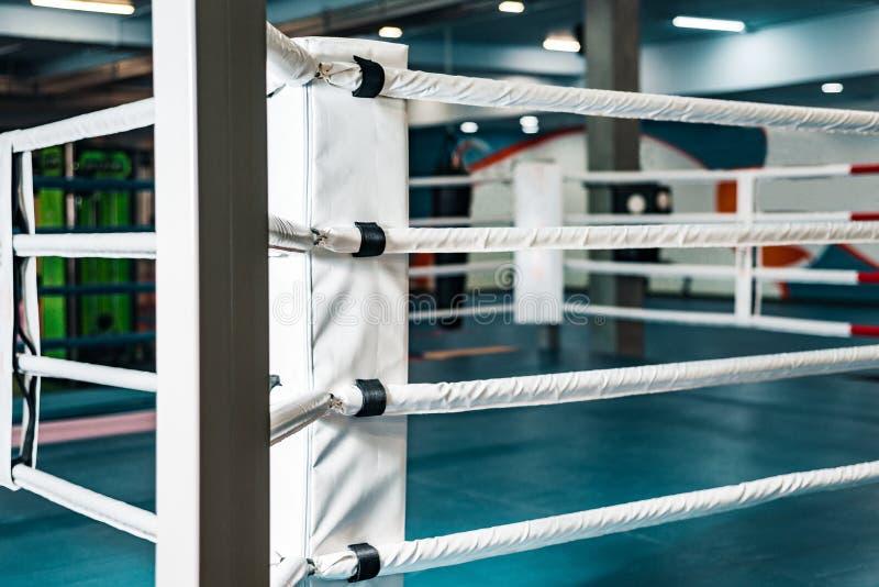 Tom boxningsring inget i idrottshallen royaltyfri bild