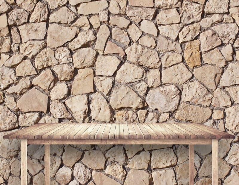 Tom brun tabell bredvid stenväggen royaltyfri foto