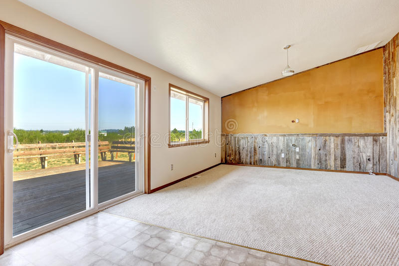Tom bygdhusinre Orange vägg med träplankan arkivbild