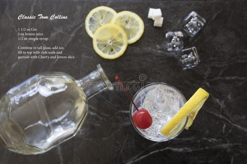 Tom Collins-Cocktail mit Kirsche und Rezept lizenzfreies stockbild