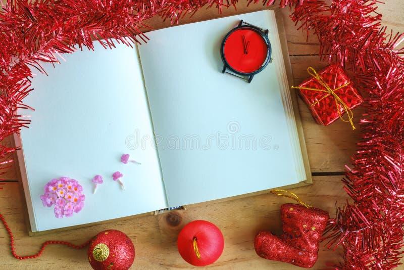 Tom dagbokanteckningsbok med prydnader för jul och för nytt år och garnering på trätabellen, tema för röd färg fotografering för bildbyråer