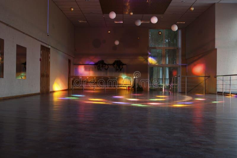 Tom dansställe med kulöra ljus/dansställe arkivbild