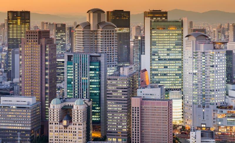 Tom do por do sol da luz da cidade do prédio de escritórios imagens de stock royalty free