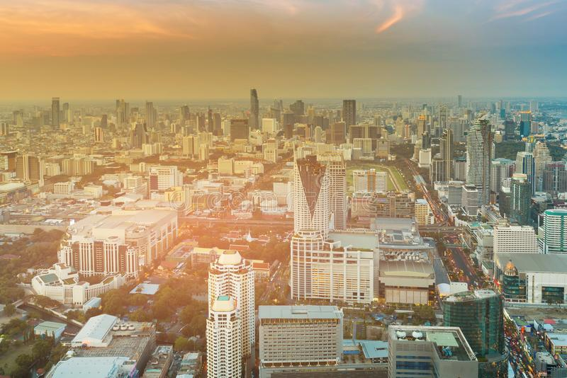 Tom do por do sol sobre a cidade de Banguecoque imagens de stock
