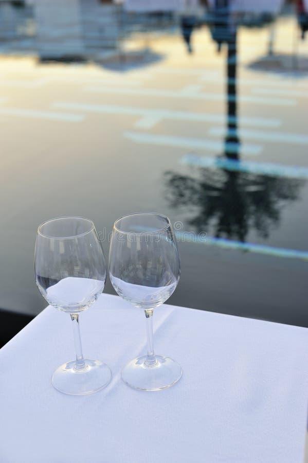 Tom exponeringsglas och pöl på solnedgång royaltyfri bild