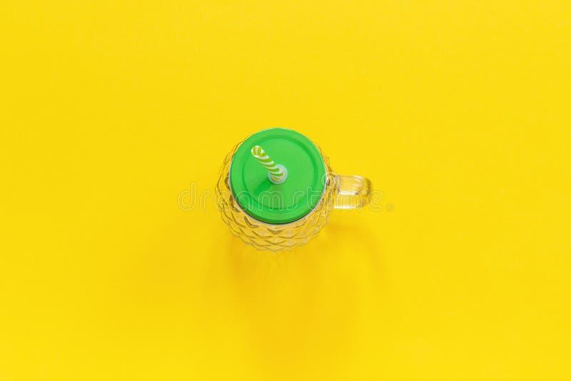 Tom exponeringsglaskrus i form av ananas med det gröna locket och sugrör för frukt- eller grönsaksmoothies, coctailar och annat arkivbilder