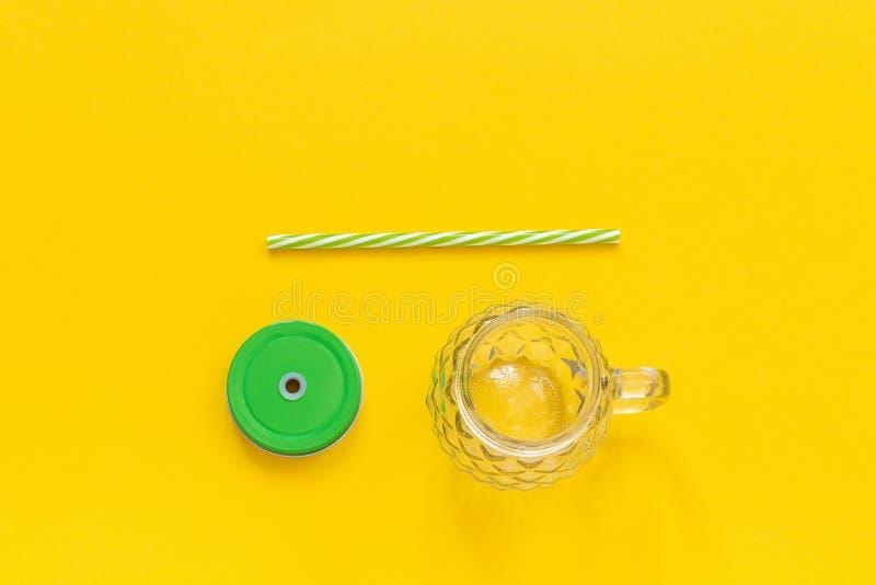 Tom exponeringsglaskrus i form av ananas med det gr?na locket och sugr?r f?r frukt- eller gr?nsaksmoothies, coctailar och annat arkivbilder