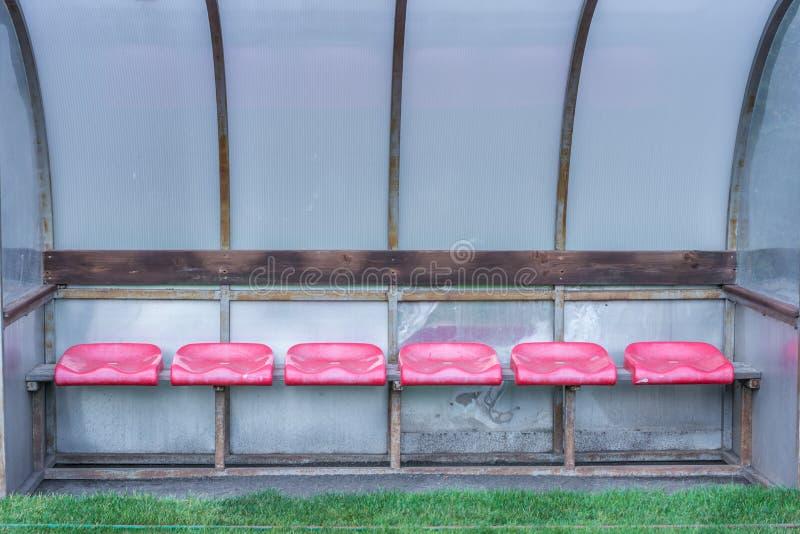 Tom extra- bänk bredvid ett fotbollfält fotografering för bildbyråer