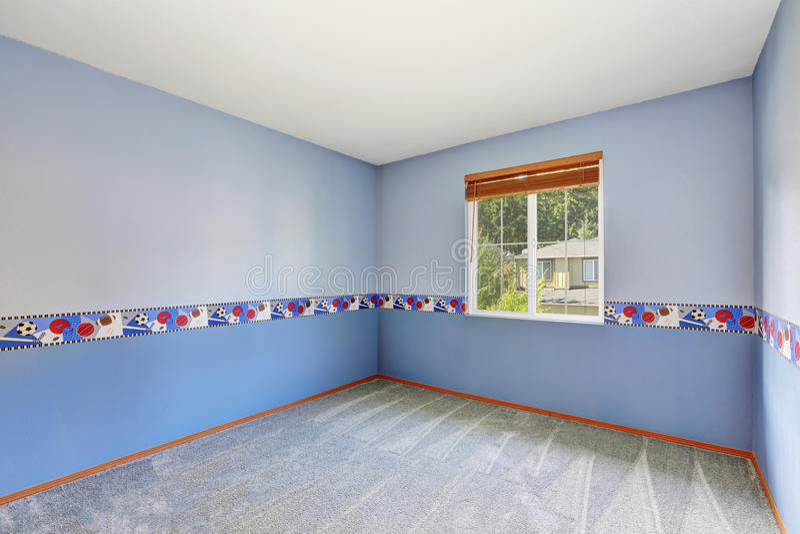 Tom färgrika pojkes rum med mattgolvet royaltyfri bild